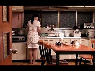 Stoute huisvrouw neukt de tuinier